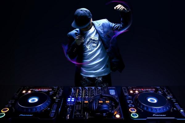 В любом ночном клубе нужен диджей